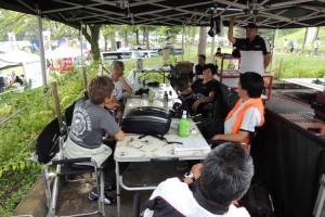ADVANタイヤサービスにて、哀川翔選手にラリーの戦い方を伝授される川名選手。
